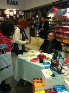 """Yazar Tarhan """" AŞK TERAPİ"""" kitabını imzaladı."""