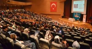 """Prof. Dr. Nevzat Tarhan Maraş'ta """" Aile İçi İletişim"""" konferansı verdi."""