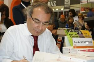 Prof. Dr. Nevzat Tarhan TÜYAP Kitap Fuarında kitaplarını imzaladı...