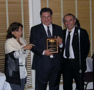 Prof. Dr. Nash Butros'a ödülünü Rektör Prof. Dr. Nevzat Tarhan verdi